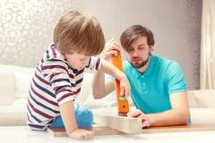 Ojciec i syn bawić się z budynku zestawem Obrazy Royalty Free