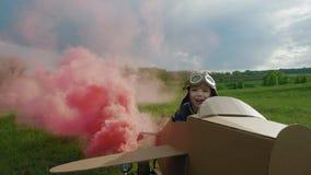 Ojciec i syn bawić się z kartonowym samolotem przy dniem zbiory wideo