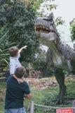 Ojciec i syn bawi? si? w przygody Dino parku zdjęcie royalty free