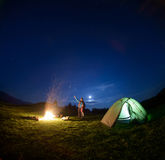 Ojciec i syn blisko ogniska i namiotu pod nocnym niebem Zdjęcia Stock