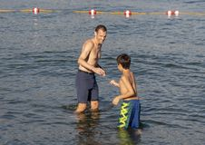 Ojciec i syn cieszy się jezioro w Greenlake parku, Seattle, Waszyngton obrazy stock