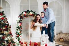 Ojciec i syn daje matce teraźniejszość obraz royalty free