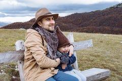 Ojciec i syn jest ubranym kapelusz cieszy się jesieni góry Durmi Fotografia Royalty Free