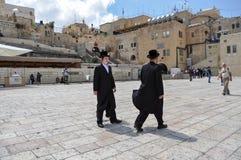 Ojciec i syn jesteśmy chodzącym pobliskim westernu ścianą w Jerozolima obraz stock