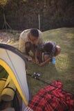 Ojciec i syn jesteśmy utworzenia namiotem w parku Obrazy Stock
