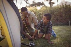Ojciec i syn jesteśmy utworzenia namiotem w parku Zdjęcia Stock