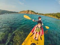Ojciec i syn kayaking przy tropikalnym oceanem obraz royalty free