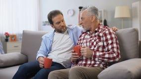 Ojciec i syn ma kaw? wp?lnie, pami?taj?cy przyjemnych momenty, rodzina zbiory