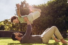 Ojciec i syn ma zabawę bawić się w parku zdjęcia stock