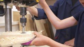 Ojciec i syn musztrujemy drewnianą deskę używać joinery maszynę w ciesielka warsztacie zdjęcie wideo