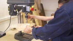 Ojciec i syn musztrujemy drewnianą deskę używać joinery maszynę w ciesielka warsztacie zbiory wideo