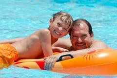 Ojciec i syn na wody pławiku obraz stock