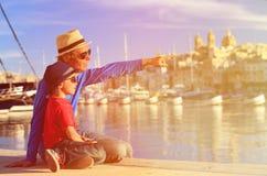 Ojciec i syn patrzeje Valletta, Malta Obraz Stock