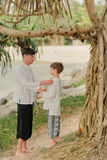 Ojciec i syn pod drzewem w Indiańskich spodniach Obraz Stock