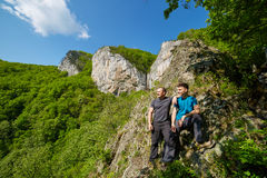 Ojciec i syn pozuje na górach zdjęcie royalty free