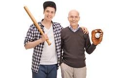 Ojciec i syn pozuje z baseballa wyposażeniem Obrazy Royalty Free