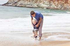 Ojciec i syn przy plażą Obraz Royalty Free