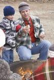 Ojciec I syn Przygotowywający Wznosić toast Marshmallow Obrazy Royalty Free