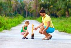 Ojciec i syn robi chemicznemu eksperymentowi, śmieszna edukacja Fotografia Stock