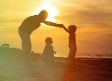Ojciec i syn robi do domu dla małego daugther przy zdjęcie stock