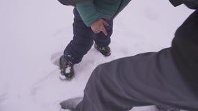 Ojciec i syn Troszkę kłama na śniegu chłopiec, i ojciec całuje on i łaskocze szczęśliwa rodzina Everyone jest zdjęcie wideo