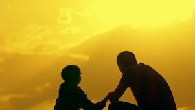 Ojciec i syn trząść ręki w zgodzie Szczęśliwy rodzinny mieć zabawę w wieczór natury Pięknym krajobrazie zbiory