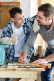 Ojciec i syn w ciesielka warsztacie Zdjęcia Stock