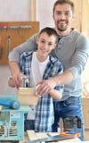 Ojciec i syn w ciesielka warsztacie Zdjęcia Royalty Free
