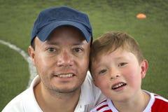 Ojciec I syn W Parkowy ono Uśmiecha się Zdjęcie Stock