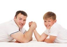 Ojciec i syn w zapaśnictwa rywalizaci Obraz Royalty Free