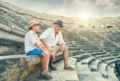 Ojciec i syn wydający czas na antyku wpólnie rujnujemy amfiteatr Obraz Stock
