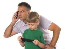 Ojciec i syn z ich gadżetami Zdjęcie Stock