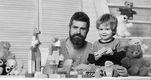 Ojciec i syn z uśmiechać się twarze tworzymy kolorowe budowy obrazy royalty free