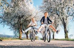 Ojciec i syn zabawę gdy jadący bicykle na wiejskiej drodze w Fotografia Royalty Free