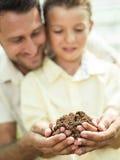 Ojciec kształci syna dbać ziemię obraz stock