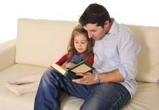 Ojciec mówi bajkę śliczna mała córka Fotografia Stock