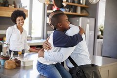 Ojciec Mówi syn Do widzenia Gdy Opuszcza Dla pracy obraz stock