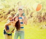 Ojciec, matka i dwa dziecka, fotografia royalty free