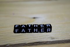 Ojciec pisać na drewnianych blokach Inspiraci i motywaci pojęcia obrazy royalty free
