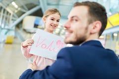 Ojciec podnosi w górę córki przy lotniskiem fotografia stock