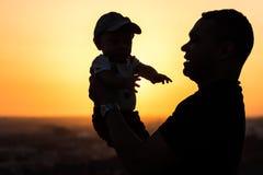 Ojciec Podtrzymuje jego dziecka obrazy royalty free