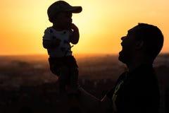 Ojciec Podtrzymuje jego dziecka fotografia stock
