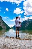 Ojciec pokazuje małej córce Königssee fotografia stock
