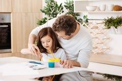 Ojciec pomaga jego córki w obrazie Obrazy Royalty Free