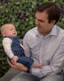 Ojciec pr?by stawia? jego dziecka spa? zdjęcie royalty free