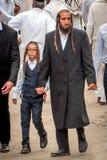 Ojciec prowadzi syna ręką Hasidim pielgrzymi Rosh Hashanah, Żydowski nowy rok obraz royalty free