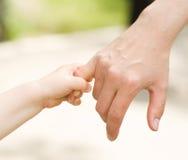 Ojciec ręki prowadzenie jego dziecko syn obraz stock