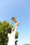 Ojciec rzuca córki w powietrzu Zdjęcia Royalty Free