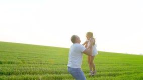 Ojciec rzuca szczęśliwego dziecko dziewczyny córki powietrza zmierzch w zielonym polu Ojciec bawić się z małą córką Rzuca zbiory wideo