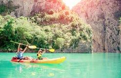 Ojciec, syn i bawimy się outdoors Drużynowe plenerowe aktywność Rodzinny Kayaking Mont-rebei wąwóz Congost de obraz stock